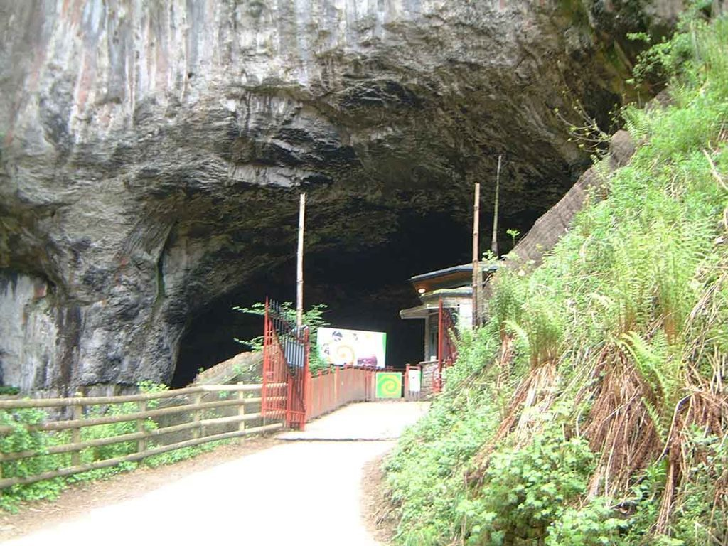 peak cavern entrance titan cave castleton