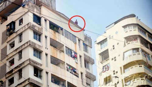 woman attempting <strong class='StrictlyAutoTagBold'>suicide</strong> from top of building