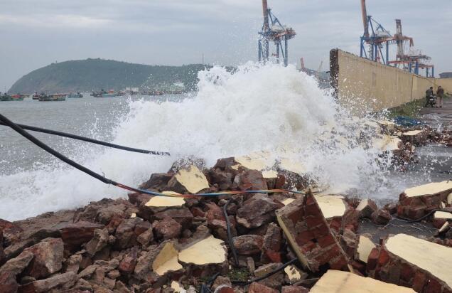 Vizag Jetty wall collapse - Cyclone Phailin