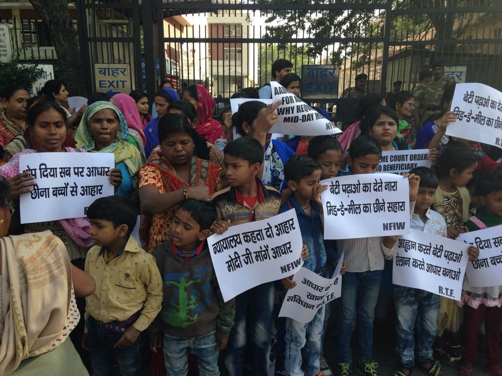 Protest by NFIW and Right to Food Campaign against making Aadhaar mandatory for mid-day meal
