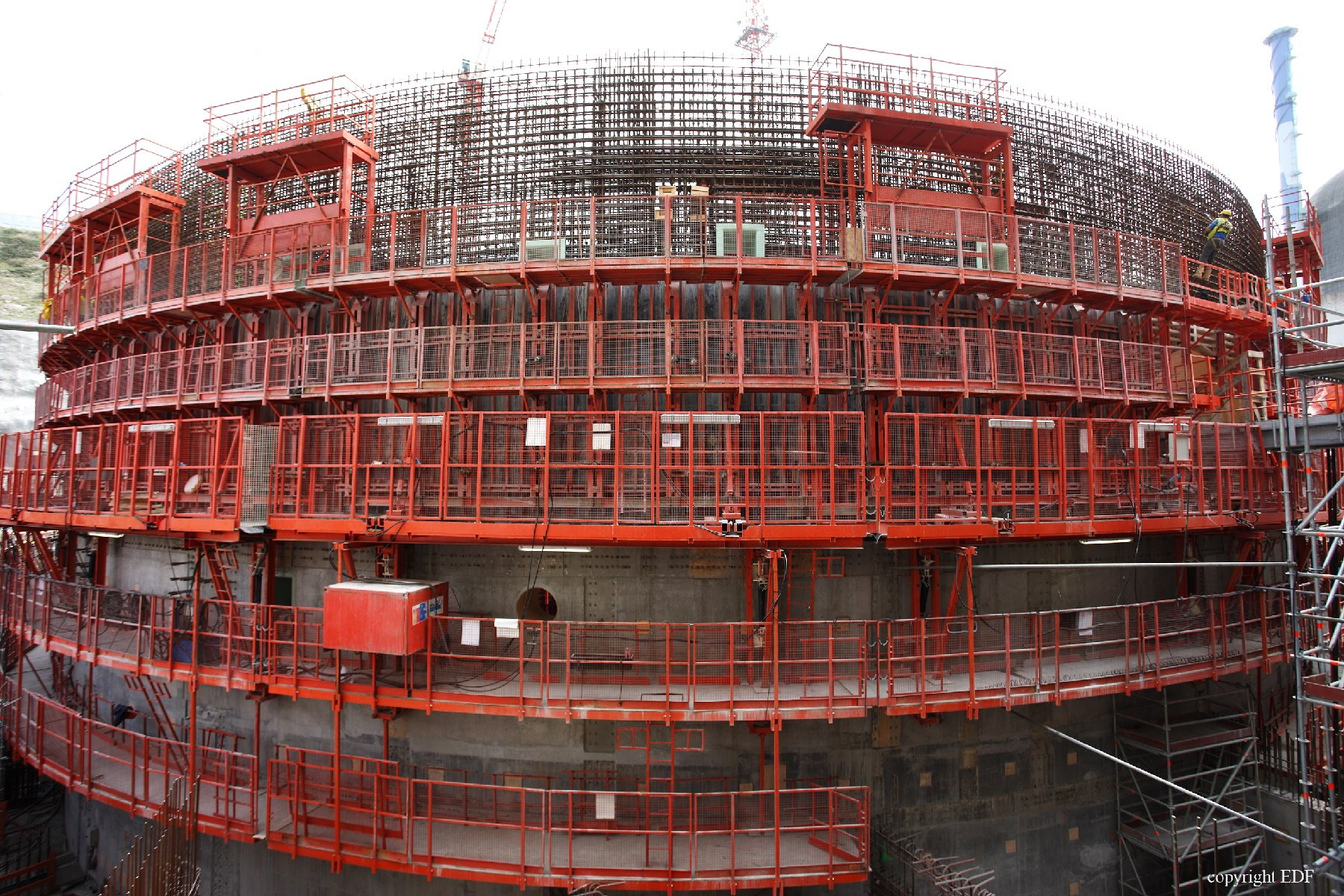 The scale of the Flamanville reactor - during installation