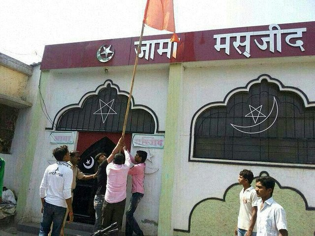 Right wing activists try to raise saffron flag on Jama Masjid
