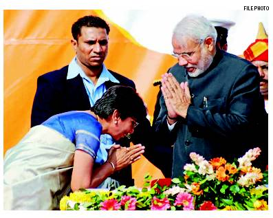 Maya Kodnani bowing before Modi