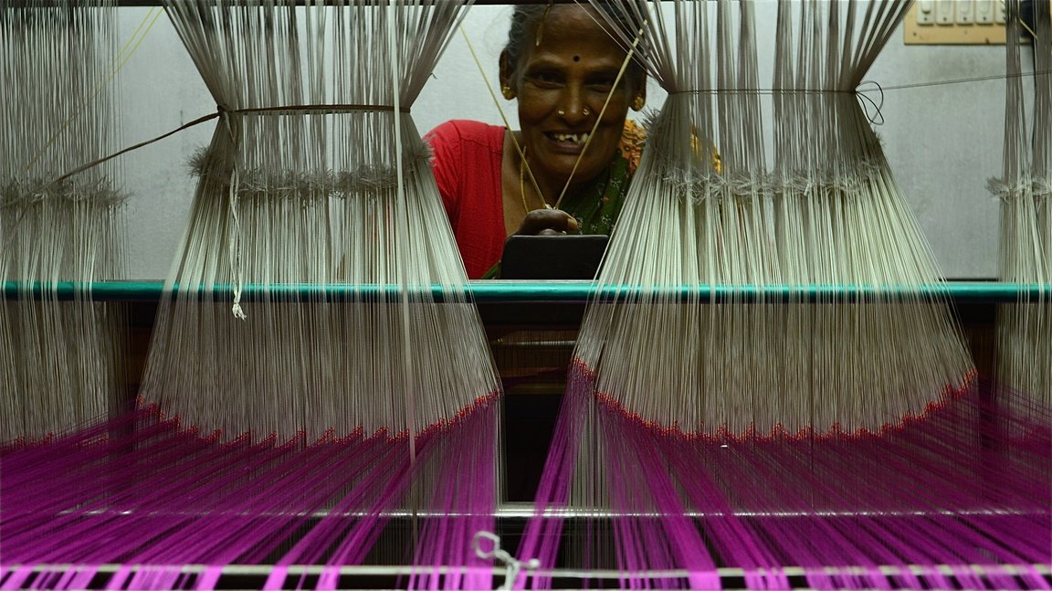 Woman weaver at handloom from Walahjapet, Tamil Nadu